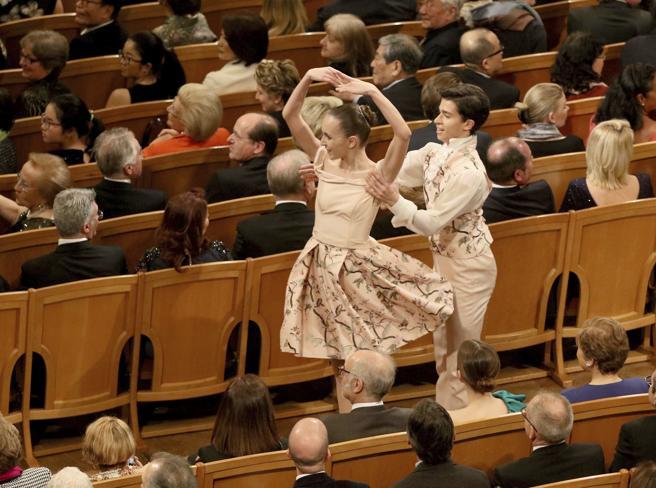 Dos bailarines actúan entre el público durante el Concierto de Año Nuevo en Viena