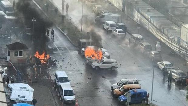 Un coche bomba estalla junto a un tribunal de la ciudad turca de Esmirna
