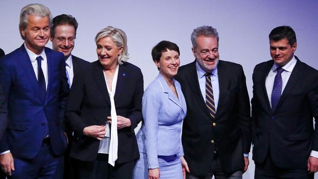 Frauke Petry, líder de Alternativa para Alemania, aplaudida tras su discurso en la cumbre de Coblenza, Alemania