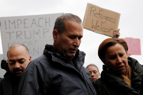 El iraquí Hameed Darwish junto a la congresista Nydia Velazquez tras conseguir entrar en Estados Unidos después de estar retenido varias horas en el aeropuerto JFK de Nueva York