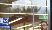 Uno de los disparos en el cristal del supermercado.