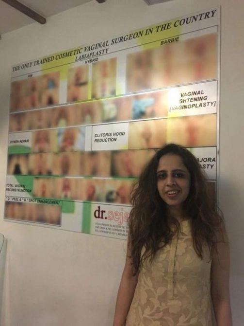 La ginecóloga Sejal Ajmera-Desai y un cartel que promociona sus cirugias