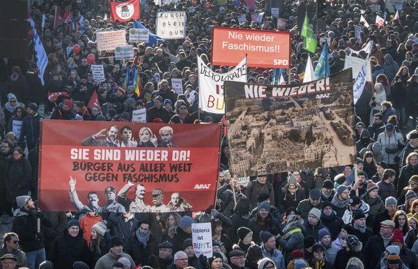 Miles de personas protestaron en contra del encuentro de los nacionalistas europeos.