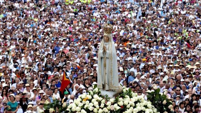 Imagen de la Virgen de Fátima en el santuario portugués
