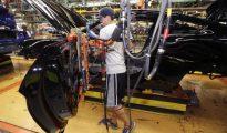 Un trabajador de la planta Flat Rock de Ford, en Michigan