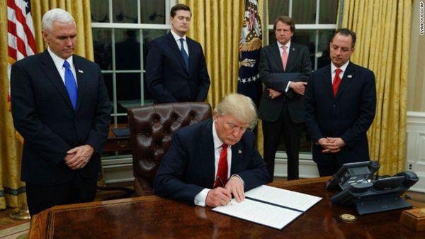 Con la firma del decreto, Trump avanza en su plataforma antiglobalización y proteccionista