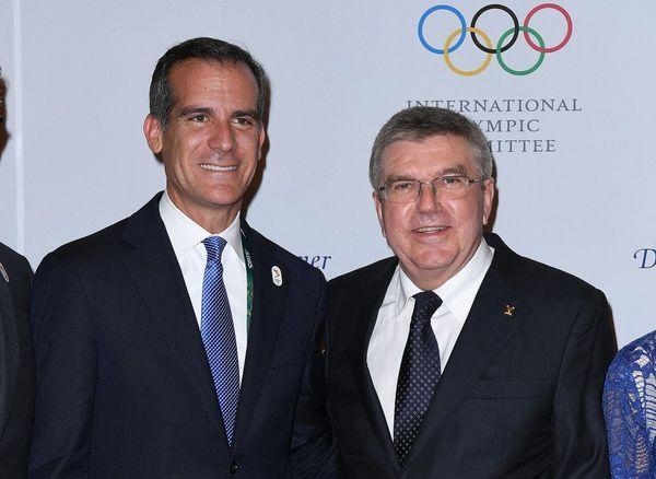 Eric Garcetti, alcalde de Los Angles, junto a Thomas Bach, presidente del COI