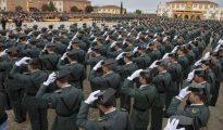 Un momento del acto de jura de bandera en la Academia de Guardias y Suboficiales de la Guardia Civil en Baeza (Jaén).