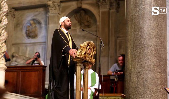 El imán Sali Salem recita el Corán en la iglesia de Santa Maria in Trastevere, Roma, el 31 de julio de 2016. (Imagen tomada de un vídeo de La Stampa)