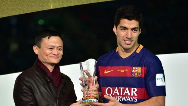 Jack Ma y Luis Suárez, durante la entrega de premios del Mundial de Clubes de 2015, torneo que Alibaba esponsoriza.