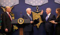 Donald Trump y Mike Pence durante la jura del ministro de Defensa James Mattis