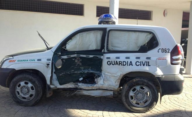 Así han quedado el coche de la Guardia Civil