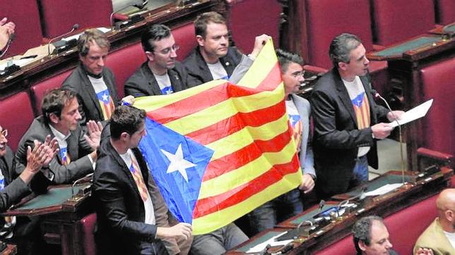 Diputados de la Liga Norte sacan la estelada separatista en el parlamento italiano