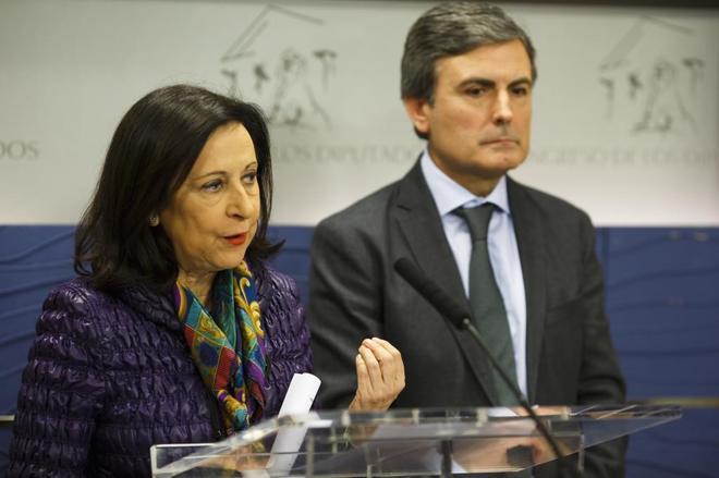 Margarita Robles, junto con el también diputado socialista Pedro Saura, en rueda de prensa.