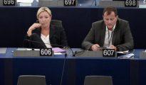 La líder edl FN francés,Marine Le Pen, junto a Louis Aliot en el Parlamento Europeo