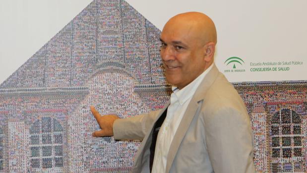 Martín Blanco con un cartel de la Escuela de Salud Pública