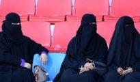 Un grupo de mujeres asiste a una carrera de caballos en Riad