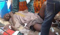 Varios hombres permanecen tumbados después de haber sido alcanzados en el bombardeo