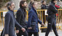 El menor de los hijos del expresidente de la Generalitad de Cataluña, Oleguer Pujol, c, acompañado de sus abogados, a su llegada a la Audiencia Nacional