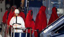 32 inmigrantes, ayer, tras ser rescatados en otra operación de Salvamento Marítimo
