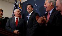 Mike Pence junto a los legisladores republicanos que empezarán derogando el Obamacare Mike Pence junto a los legisladores republicanos que empezarán derogando el Obamacare
