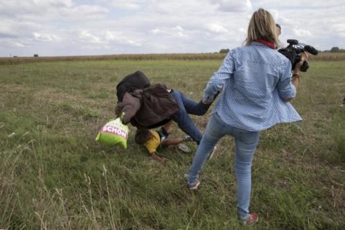 Petra Laszlo, en el momento de zancadillear al simpatizante del Estado Islámico cuando trataba de entrar ilegalmente en Hungría.