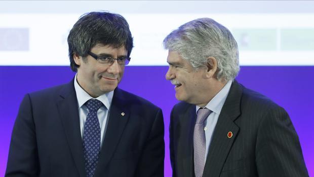 El ministro de Asuntos Exteriores y Cooperación, Alfonso Dastis Quecedo (d), y el presidente de la Generalitat, Carles Puigdemont, durante la inauguración del foro euromediterráneo