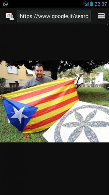 El mismo Mateo Salvini posa con la estelada separatista