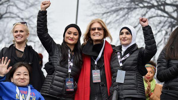 Linda Sarsour, a la derecha de la imagen, en la marcha de las mujeres contra Donald Trump.