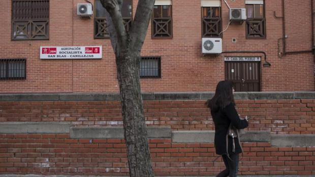 Una mujer frente a la sede donde la Agencia Tributaria ha encontrado el tabaco de contrabando