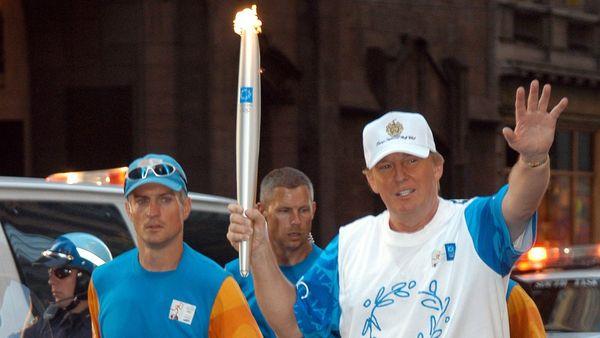En 2004, Donald Trump portó la antorcha olímpica antes de los Juegos de Atenas