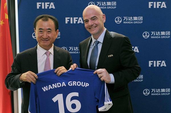 Wang Jianlin, dueño del Wanda Group, junto al presidente de la FIFA Gianni Infantino tras la firma de sponsoreo