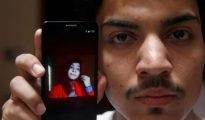 Hassan Khan muestra la fotografía de Zeenat Rafiq, asesionada por su madre por casarse sin su permiso