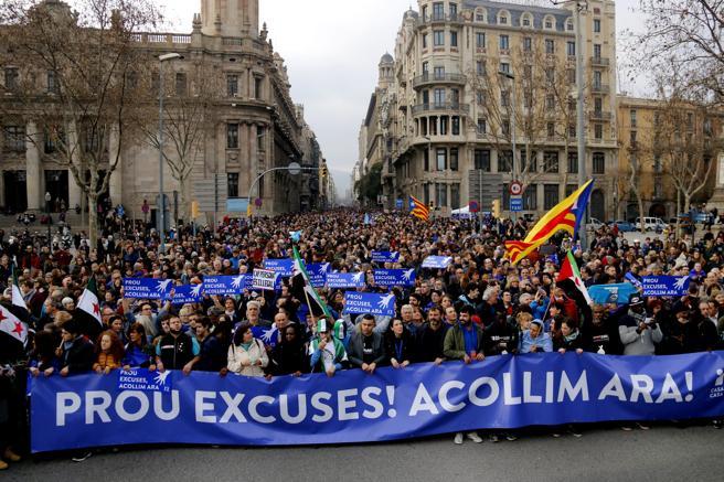 La cabecera de la manifestación pedía que se dejaran de dar excusas ante el incumplimiento de las promesas de acogida (Foto La Vanguardia)