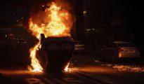 Un coche en llamas tras los disturbio en Bobigny Leer más: Un adolescente salva a una niña de un coche incendiado en los disturbios de París