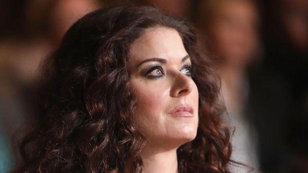 Debra Messing acusó al cineasta Alfonso Arau de acoso sexual
