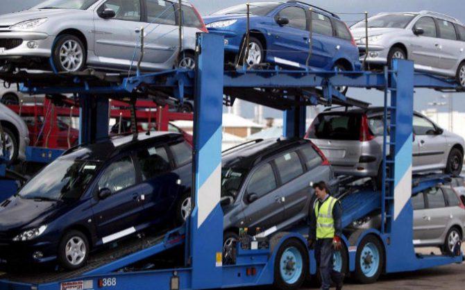 Fotografía de archivo de varios coches nuevos que están a punto de salir de la factoría de Peugeot.
