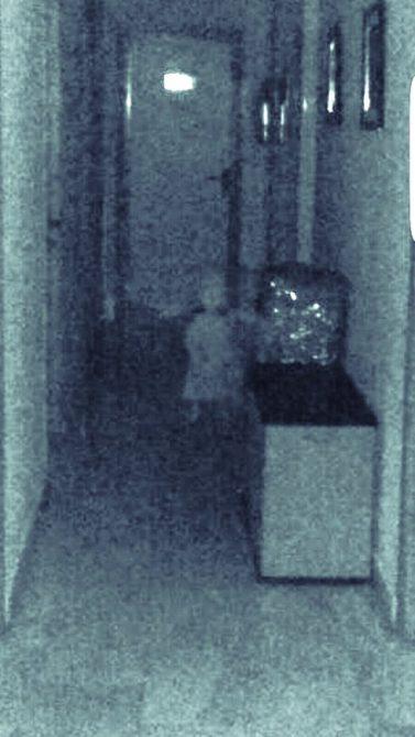 Foto del móvil del concejal en la que se ve la figura espectral.
