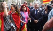 Gerard Bellalta, rodeado de patriotas catalanes, en la plaza de Cataluña