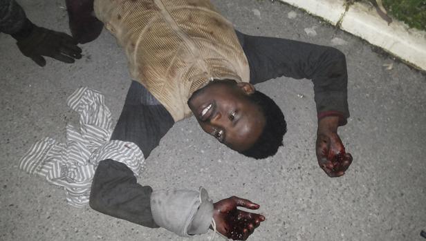 Uno de los invasores heridos tras el asalto masivo de hoy a la valla