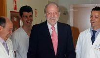 Don Juan Carlos, tras ser operado de la rodilla en junio de 2011.