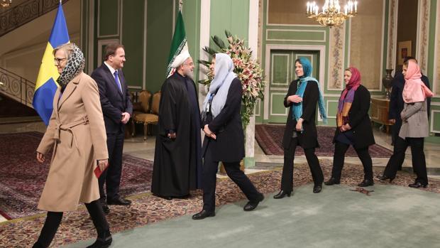 La ministra sueca Ann Linde y su gabinete saludan al presidente iraní, Rohani