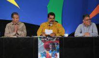 El presidente venezolano, Nicolás Maduro (centro) junto al vicepresidente, Tarek ElAissami (izda), y el diputado del Partido Socialista Unido de Venezuela Elías Jaja (dcha)