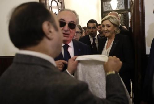 Un ayudante del Gran Mufti del Líbano Jeque Abdel-Latif Derian intentó que Le Pen cubriera su cabeza a lo que ésta se negó.