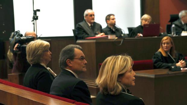 El expresidente catalán Artur Mas, junto a las exconselleras Joana Ortega (izq.) e Irene Rigau (dcha.), en la sala del Tribunal Superior de Justicia de Cataluña