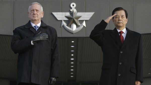 El secretario de Defensa de EEUU James Mattis junto con su homólogo de Corea del Sur Han Min Koo este viernes en Seúl