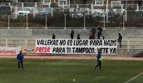 Pancarta en el campo del Rayo con Zozulya