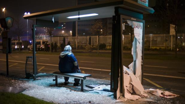 Una parada de autobús, destrozada durante las protestas