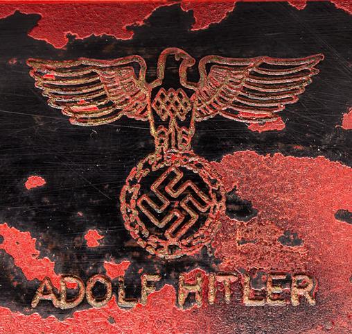 Reverso del teléfono de Hitler con su nombre y el símbolo del partido nazi