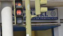 Semáforo de la localidad gaditana de San Fernando con figuras del mismo sexo agarradas de la mano - LA VOZ